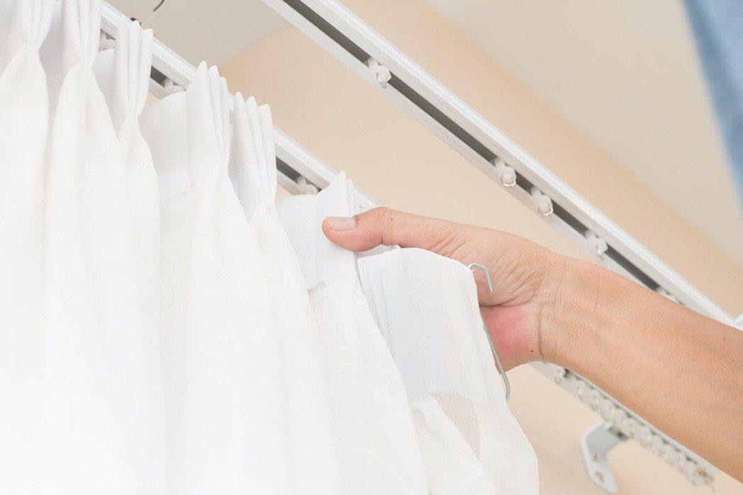 除塵打掃工作的大原則就是「由上到下」,可以從天花板、窗簾燈具等開始往下打掃。 圖...
