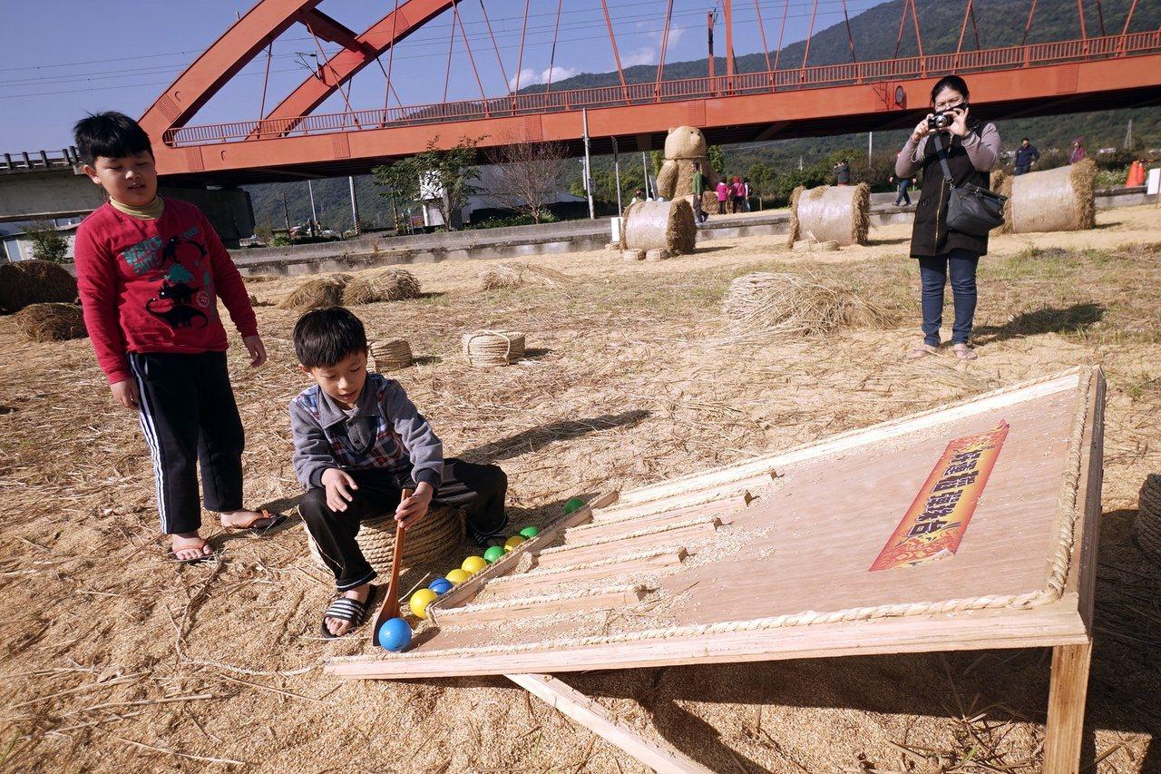 花蓮玉溪地區農會在客城鐵橋下方農田,以粗糠鋪出稻田遊戲場。 圖/王燕華 攝影
