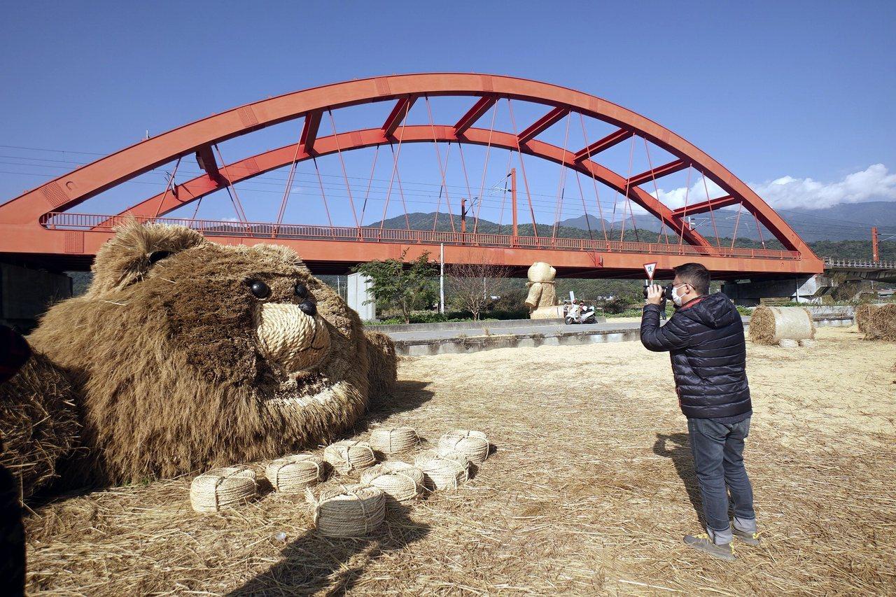 花蓮玉溪地區農會在客城鐵橋下方農田,以粗糠鋪出稻田遊戲場,還有可愛的稻草熊,吸引...