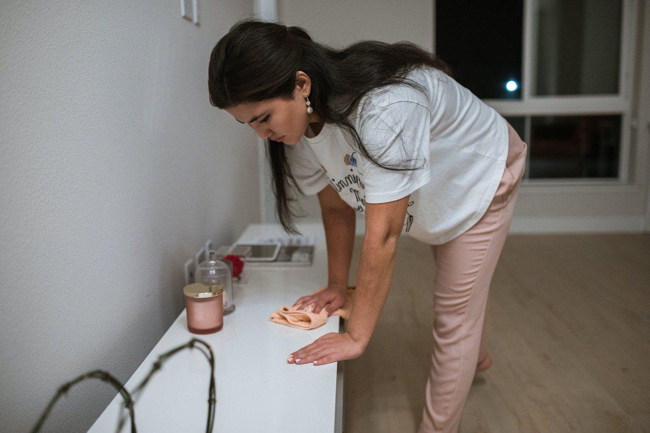 春節前的大掃除可能造成下背疼痛,預防的方法除了姿勢要正確,加強核心肌群的鍛鍊,也...