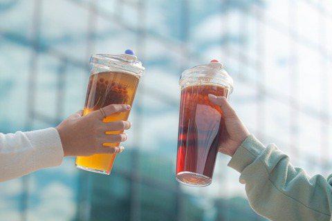 天時地利人和,本來被老師打趣題材太小的「漂浮杯具」,推出時刻恰巧遇上環保署吸管限...
