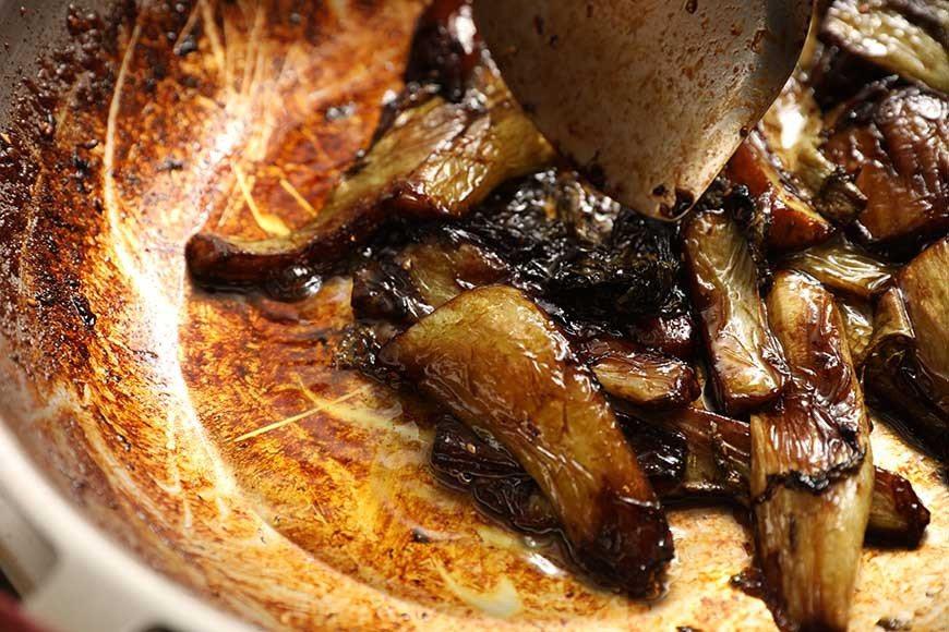 待芥菜梗呈現翠綠透明,下香菇水、醬油、糖至半淹過食材,煮到油水(油、水、醬油)融...