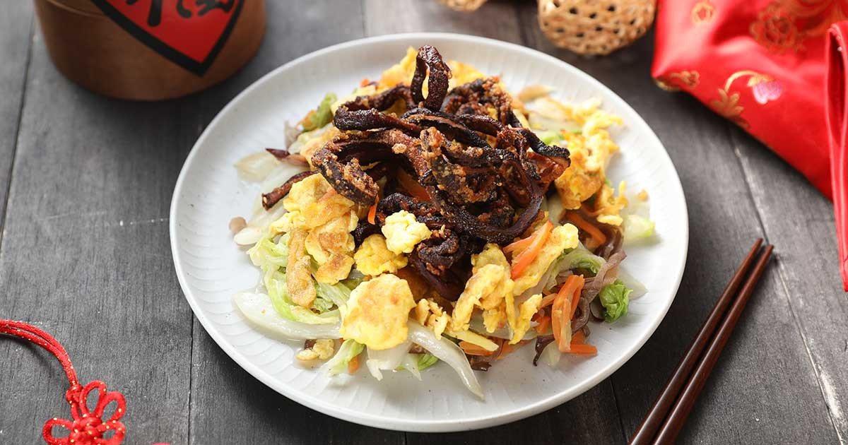 開陽白菜是徐婉君家餐桌上的一道常見菜色,但放上香菇做的素鱔裝飾,便成了一道有年節...