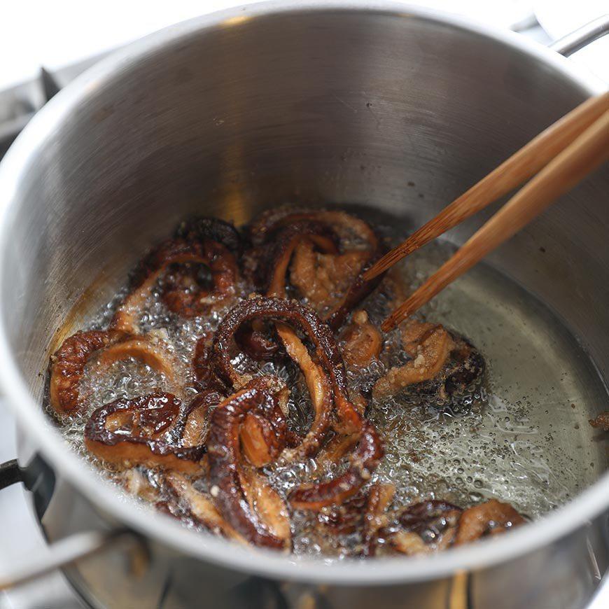 炸好的香菇條即為素鱔,取出攤開。 圖/阿春 攝影