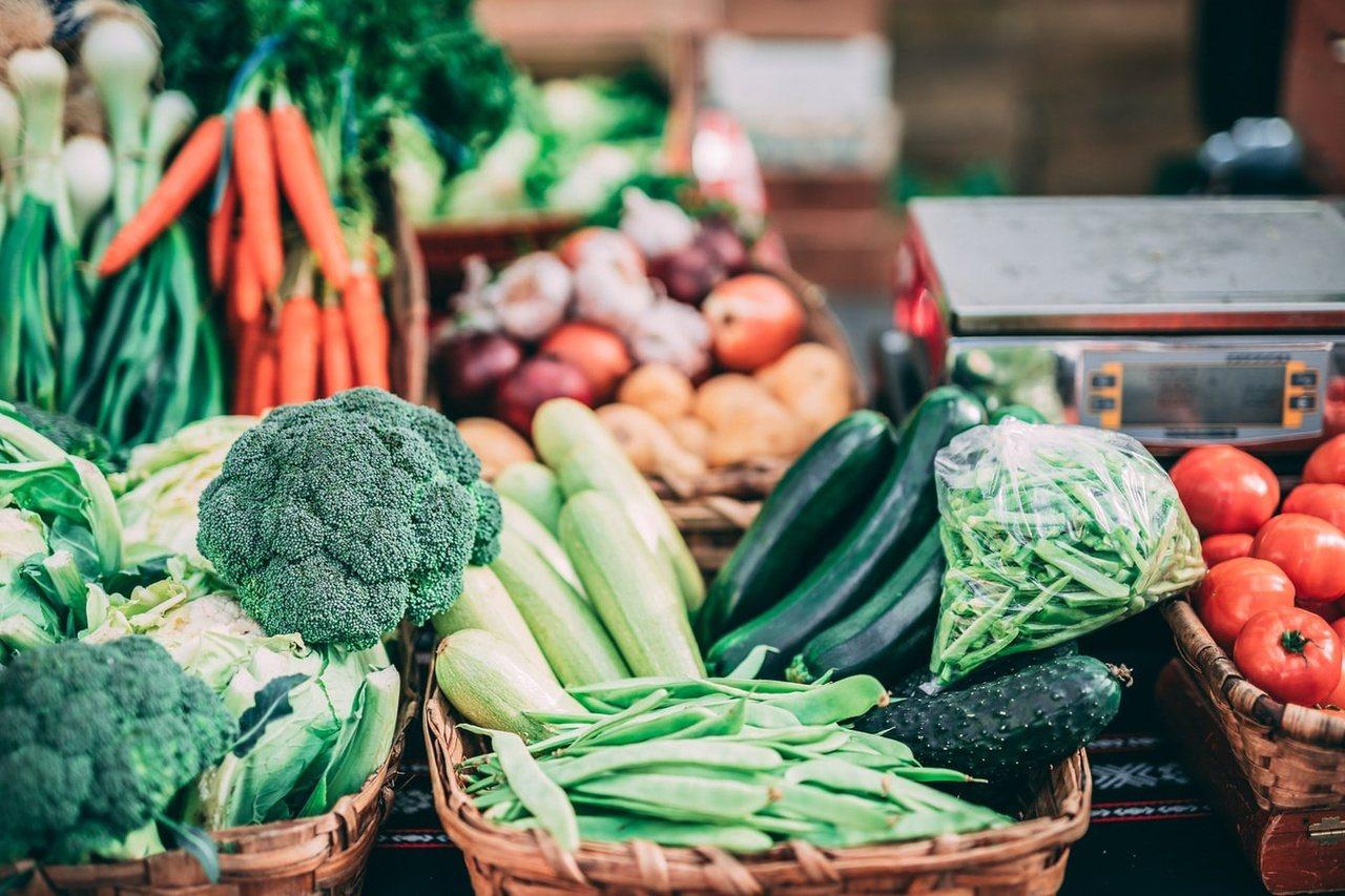成人要攝取3份以上的蔬菜量,以滿足一天所需。計算方式為一份煮熟的蔬菜量約為半碗的...