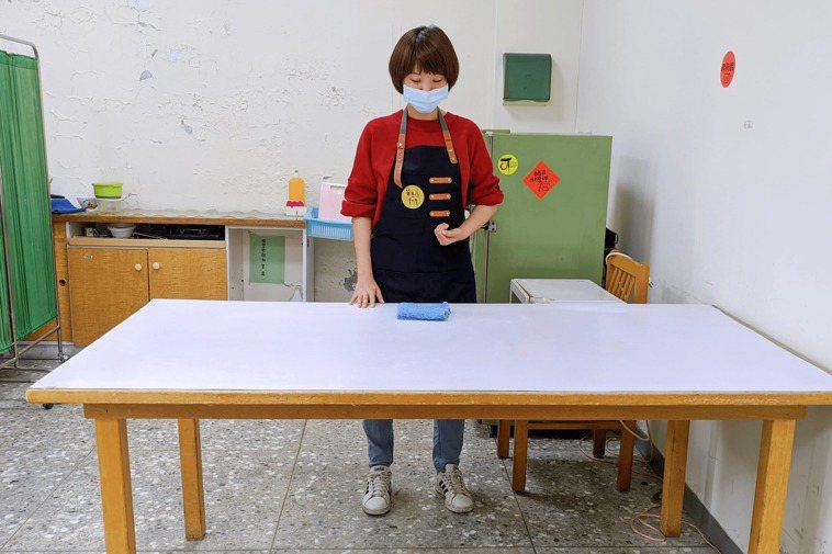 採用站姿擦桌子。圖/單手廚房提供