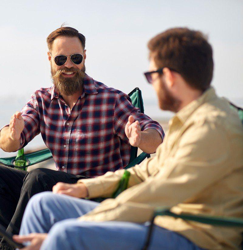 50多歲男性最好的朋友最近沉迷於宗教,積極說服他一起信教。圖/取自:ingimage(示意圖,非當事人)