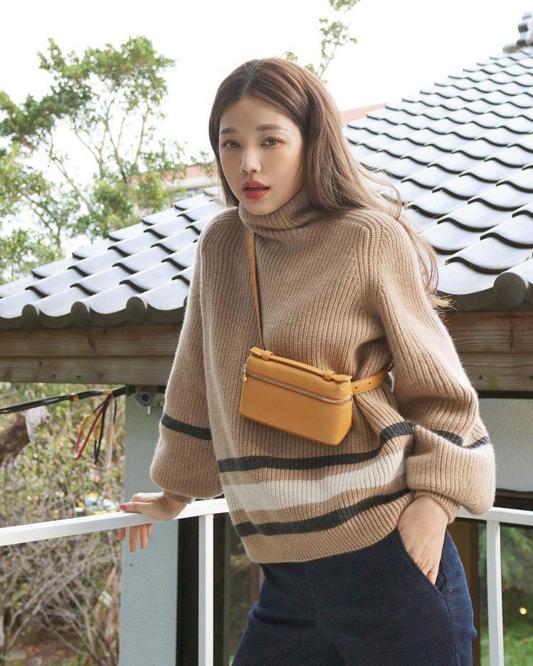 許路兒用駝色毛衣帶出秋冬季的情調,選搭Loro Piana Extra Pock...