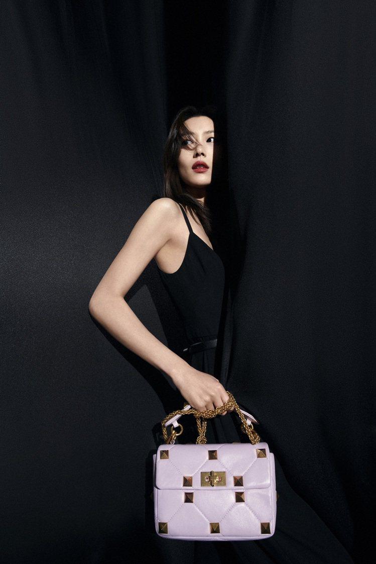 劉雯拎Roman Stud粉紫色小羊皮鉚釘鍊帶包。圖/Valentino提供 吳...