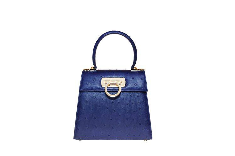 Creations系列藍色鴕鳥皮提包,19萬9,000元。圖/Salvatore...