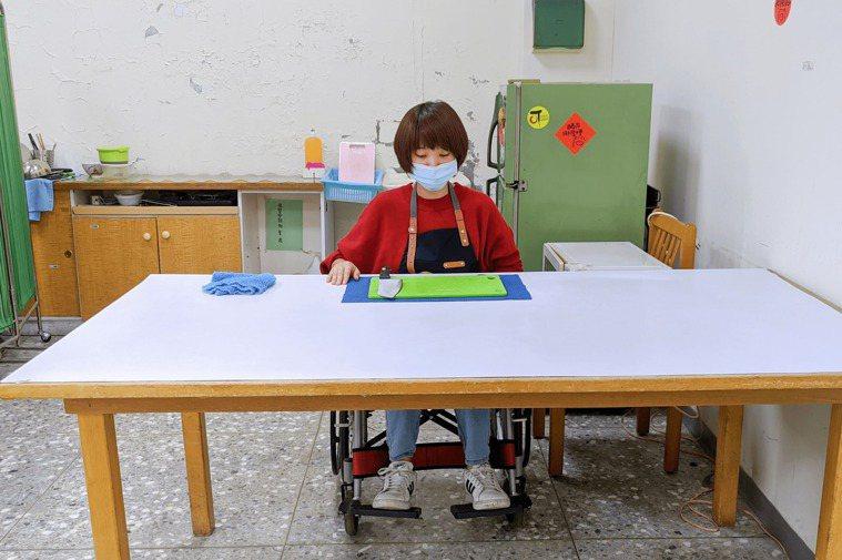 挑選下空式的桌子,輪椅方便靠近桌面、高度適中即可。圖/單手廚房提供