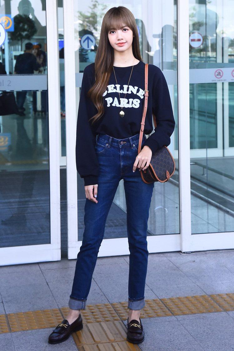 BLACKPINK的Lisa以清瘦鉛筆腿詮釋CELINE牛仔褲,簡單清爽。圖/C...
