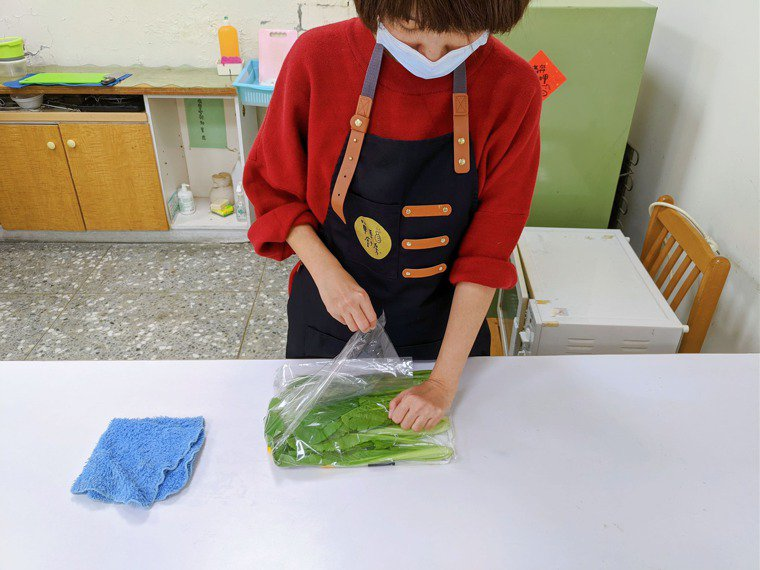 患側手可以幫忙壓住袋子。圖/單手廚房提供