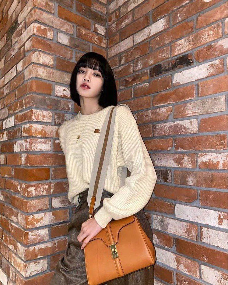 BLACKPINK的Lisa選搭咖啡色16手袋,呈現都會女性的幹練自信。圖/IG...