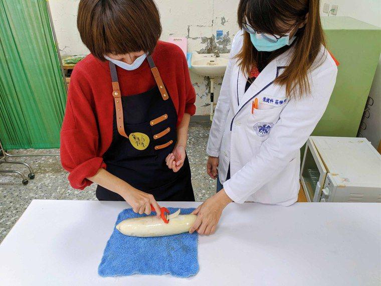 給予最少量的協助,更能讓病友練習並進步。圖/單手廚房提供