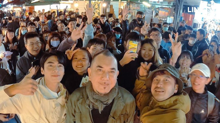 美食交友實境節目《開著餐車交朋友》宋柏緯(左起)、黃秋生、KID和民眾親切自拍。...