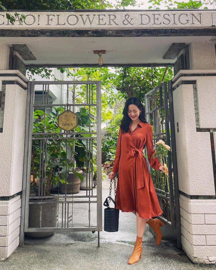 曾之喬身穿MAX&Co.紅鏽色洋裝,展現華麗的貴氣與喜氣。圖/取自IG ...