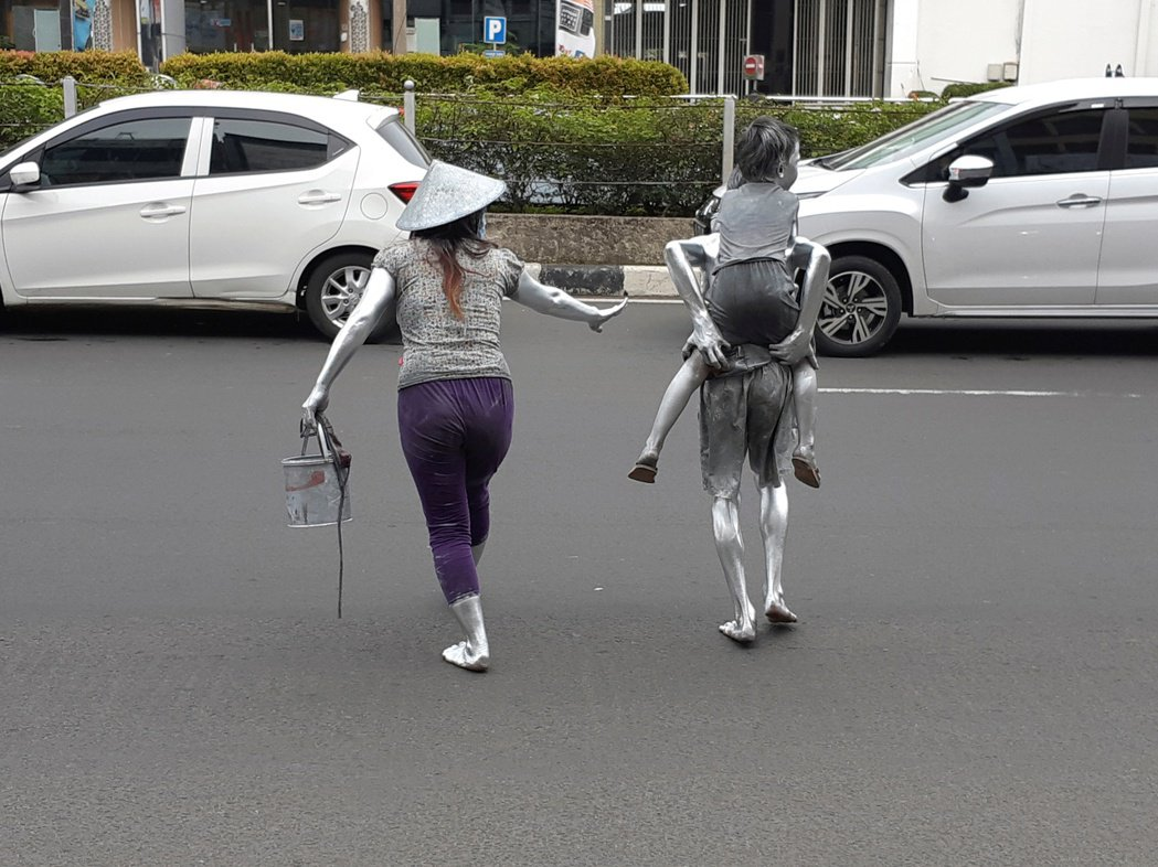 街上的銀人不僅有成年人,甚至有時還能看見銀色孕婦、銀色小孩出來乞討的身影;對許多...