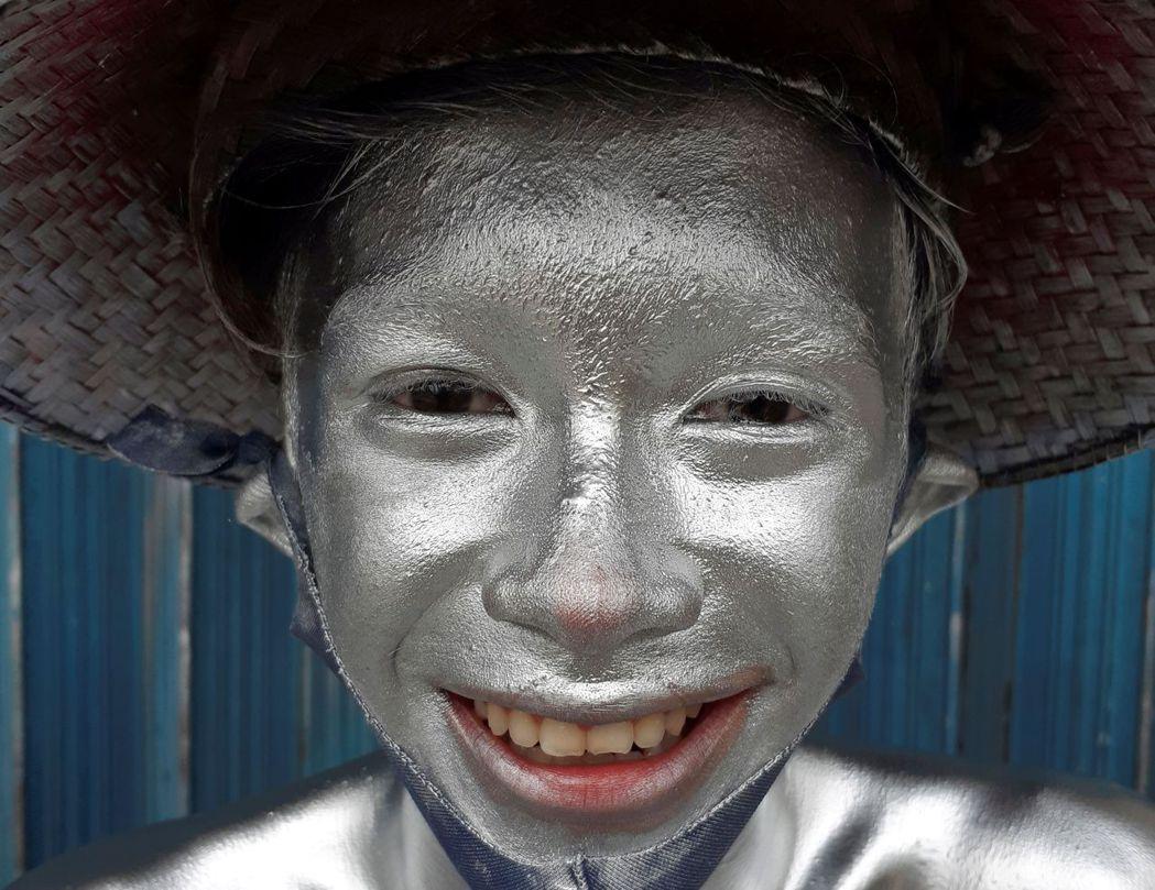 在長時間全身塗滿油漆的情況下,這也會影響銀人的健康。他們將全身——包括臉部、頭髮...