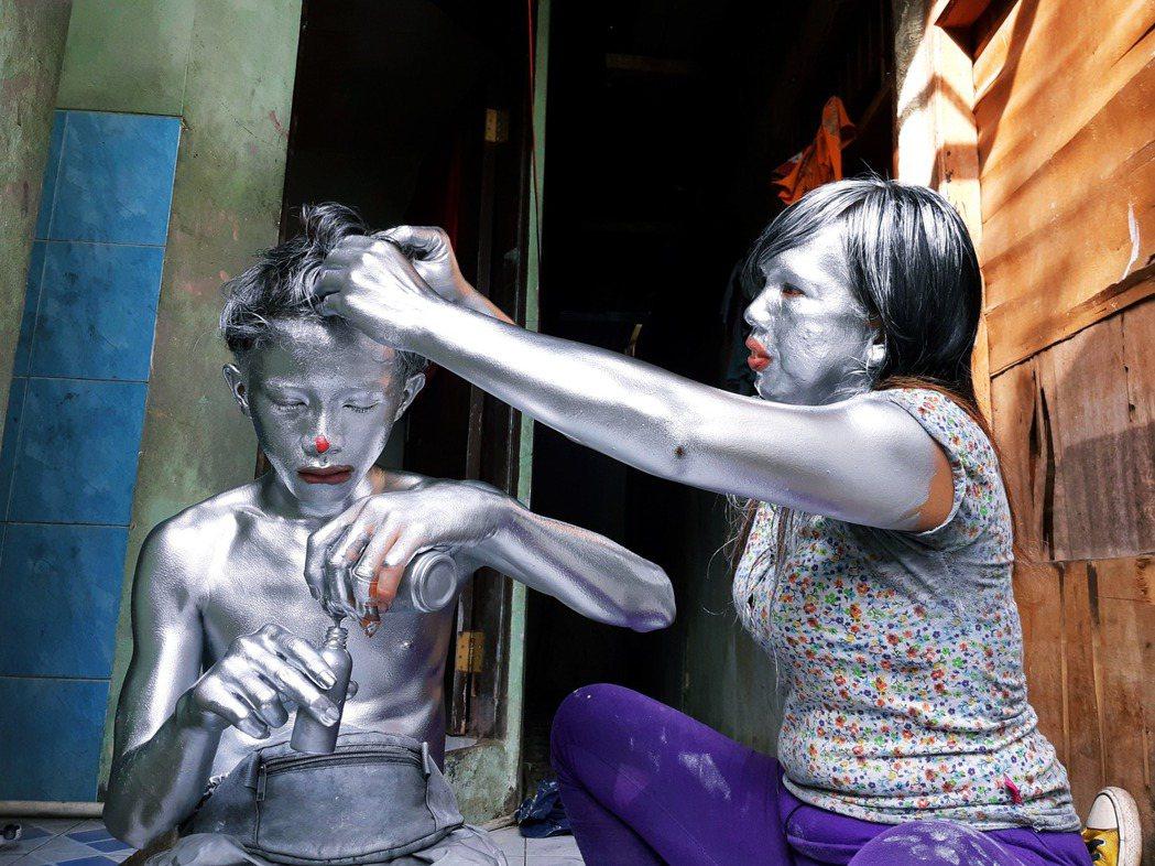 在受疫情衝擊的情況下,印尼各大城市自去年中旬開始出現銀人街頭乞討的狀況。因為受到...