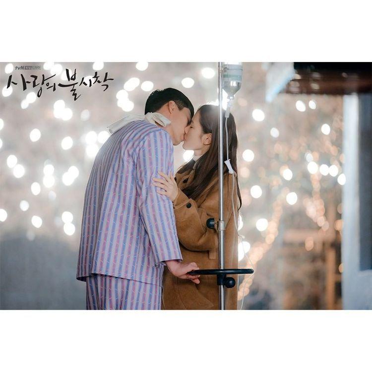 「愛的迫降」孫藝真和玄彬在醫院擁吻的經典畫面身穿Vivienne Westwoo...