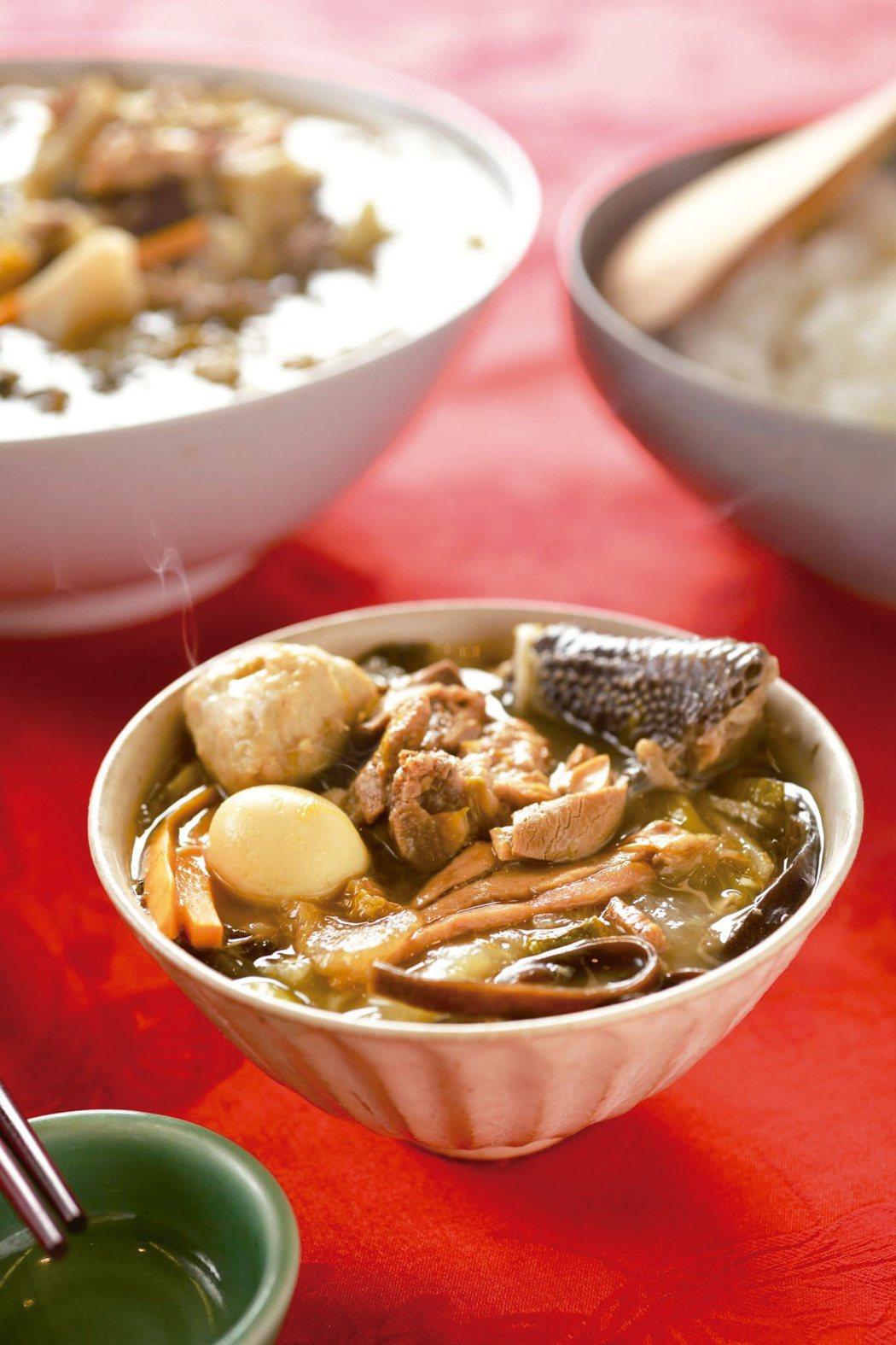 菜尾湯靠著掌廚者調和七道主菜,以不同比例放進鍋中,再加上其他食材,相當考驗功力。...