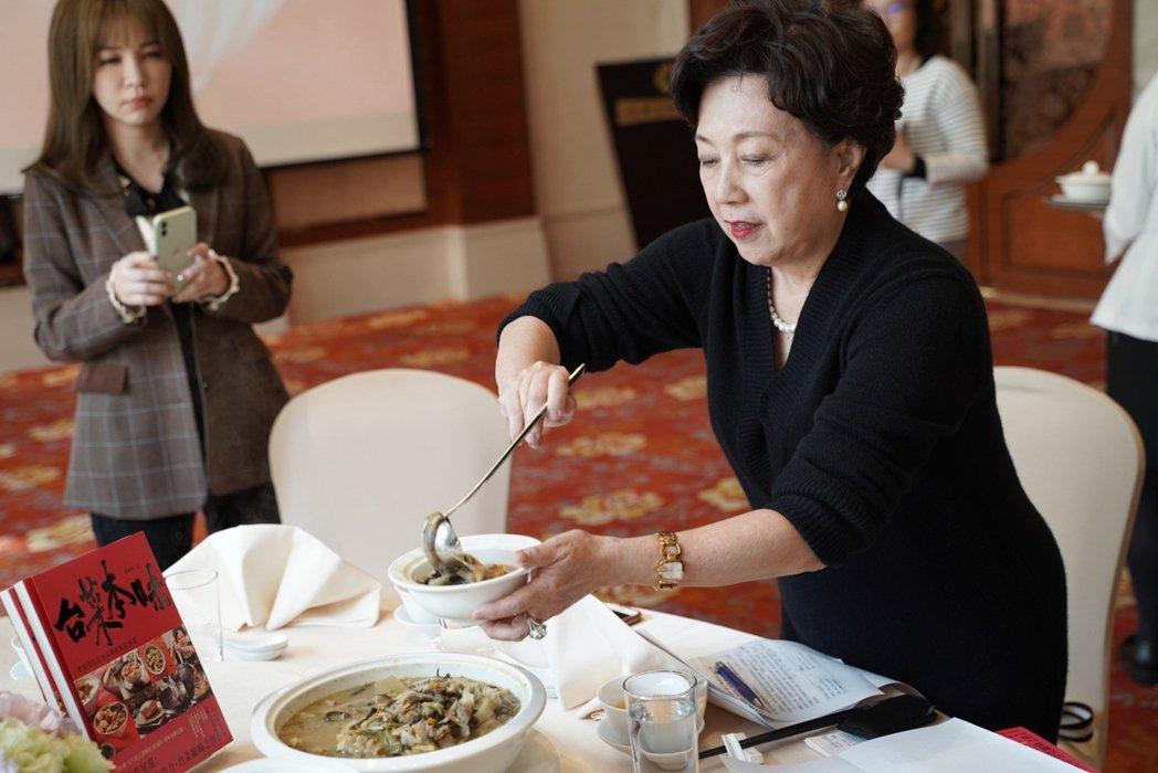 黃婉玲為了讓更多人記得經典老台菜的滋味,以歷史脈絡、親身經驗、詳細食譜交織成新書...