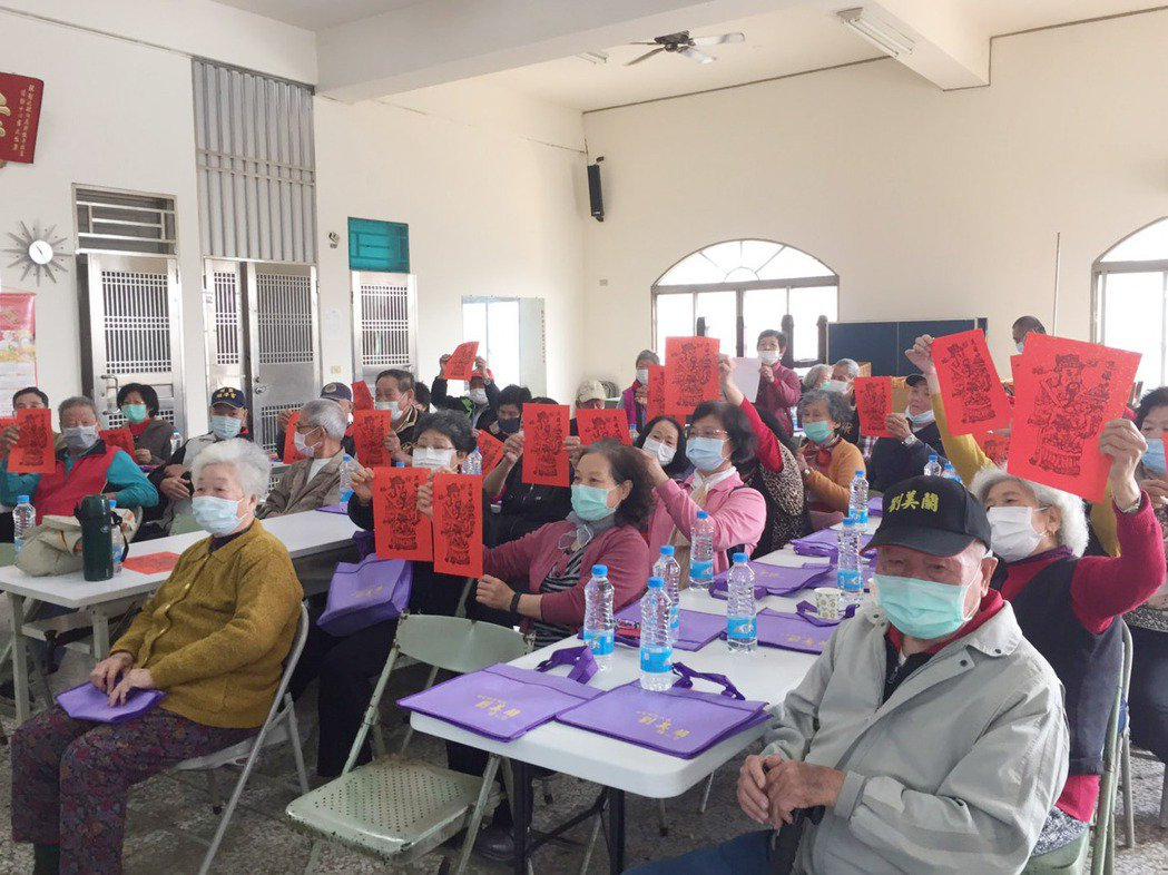田尾鄉饒平社區民眾開心展示自己絹印的春聯。 大葉大學/提供。