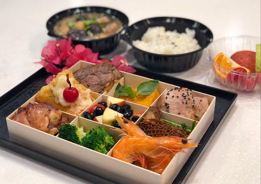 禾順商旅於除夕推出九宮格木盒團圓餐。 業者/提供