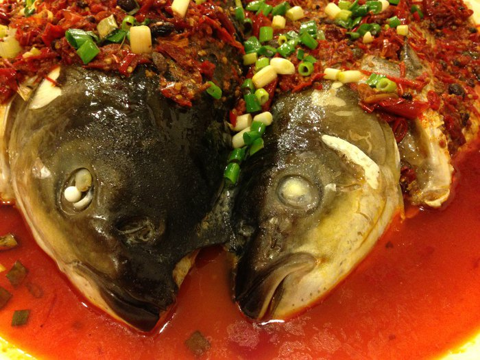 剁椒魚頭又稱之「開門紅」,紅通通的辣椒和紅油,開春後上菜增添喜氣。 梅春帆/攝影