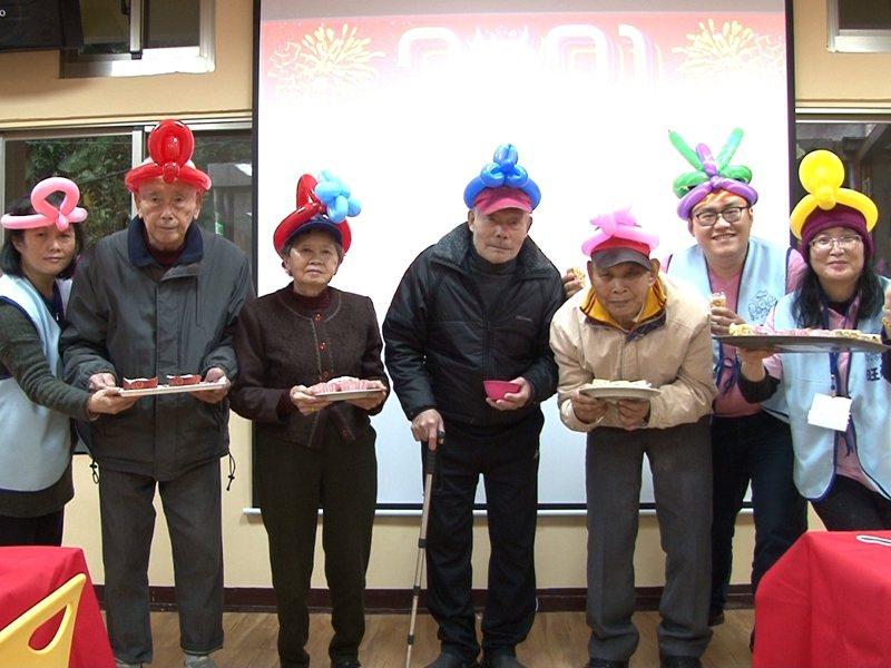 貢寮區日照中心的長者們發糕DIY,並且為隔天生日的張楊鑾阿嬤慶生。 圖/觀天下有線電視提供
