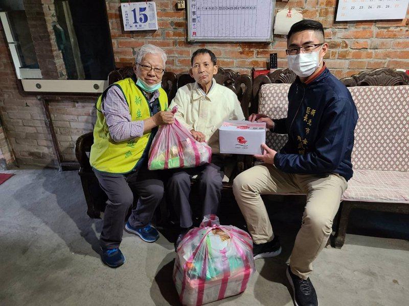 金山區長廖武輝與新生活社會福利發展促進會一同致贈愛心年菜及生活物資給區內的11位長輩。 圖/紅樹林有線電視提供