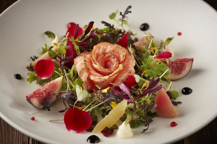 THE WANG推出的情人套餐,內含炙燒鮭魚佐玫瑰覆盆子醬汁等料理。圖/王品提供