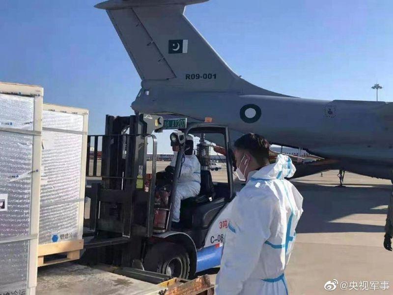 中國人民解放軍向巴基斯坦軍隊提供的一批新冠疫苗於2月7日運抵巴方。(微博@央視軍事)