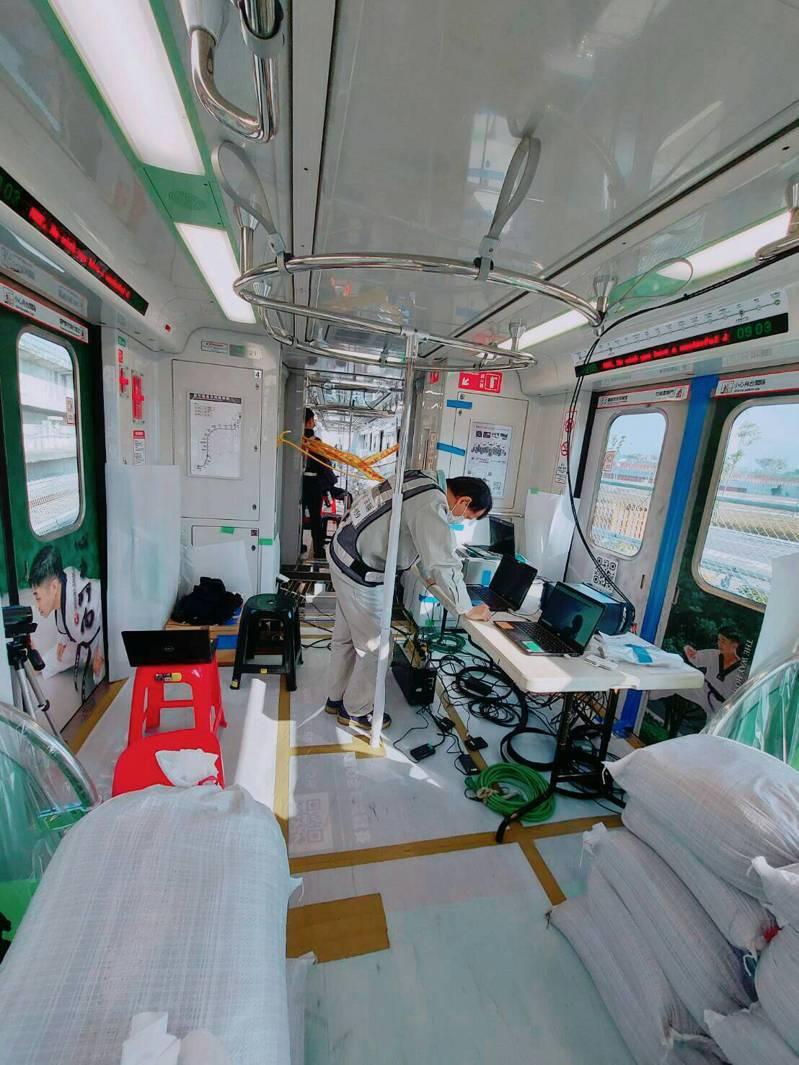 為模擬載客模式,每列車以平均配重32.4公噸沙包,代替536人滿載狀況,在主線跑車500公里進行驗證。圖/北市捷運局提供