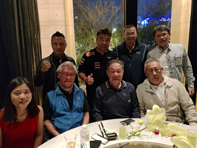 台灣體大校長林華韋(前排右二)居中聯繫,立勝盃全國拳擊聯賽創辦人彭臺臨(前排左二)與創投公司趙國量總經理(後排左二)及曹捷光(前排右一)會晤,洽談合作。圖/威爾力斯公司提供