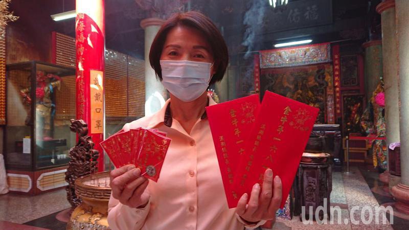 彰化縣溪湖鎮長黃瑞珠代表鎮公所,要送出168元福袋。記者簡慧珍/攝影