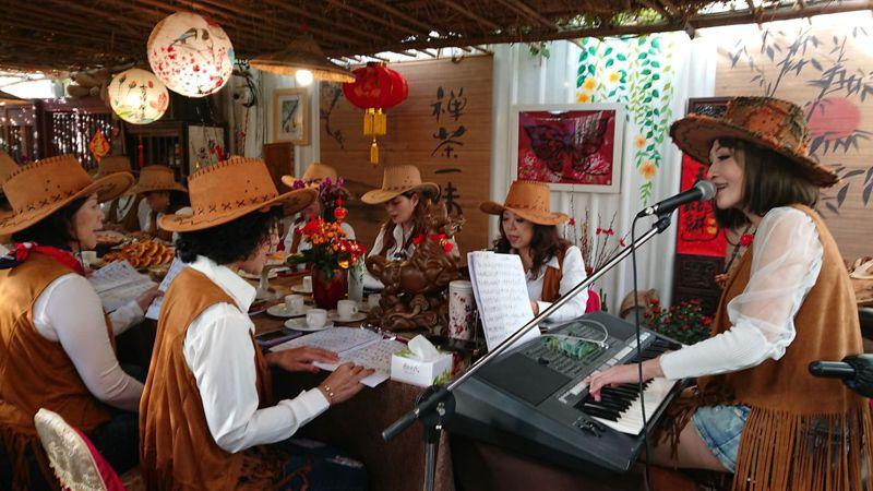 彰化縣水噹噹歌藝學院和美班女學員,春節前聚會唱歌。記者簡慧珍/攝影