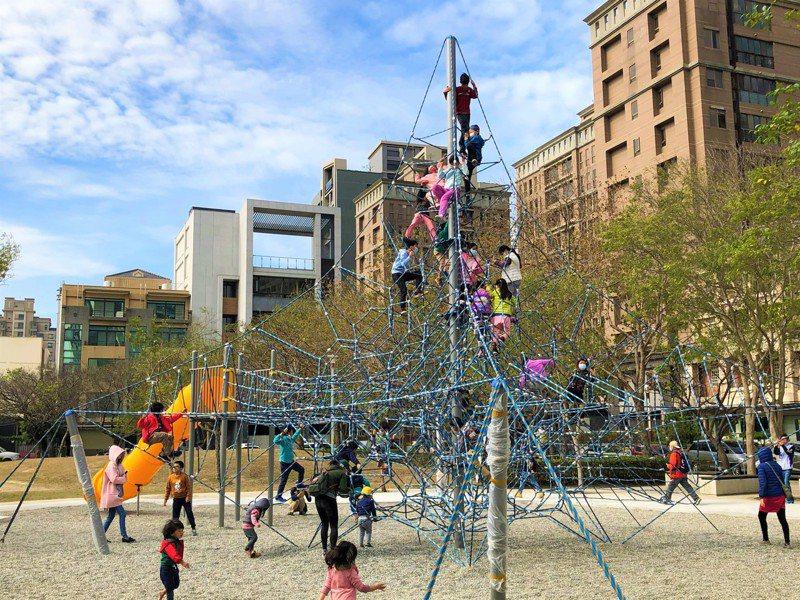 竹北市公所斥資540萬元重新打造一座8.7公尺高的攀爬遊具,今天正式啟用,並邀請小朋友們來體驗新遊具。圖/竹北市公所提供