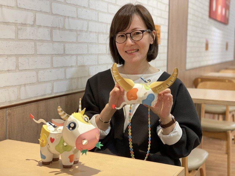 燈藝師林佳葦今年設計「活力牛」小提燈,還能變換組裝成牛角帽,讓孩童戴在頭上。記者侯俐安/攝影