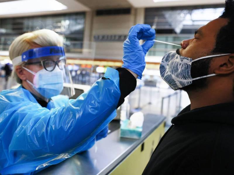 去年8月,美國疾病管制暨預防中心公布抗疫指南,建議曾接觸新冠病患的民眾,若未出現症狀就不一定要檢測,後來該中心撤下此建議。圖為一名男子去年12月22日在洛杉磯接受新冠檢測。法新社