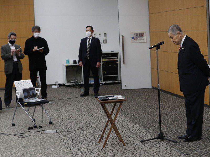2月4日東京奧運組委會森喜朗(右)為歧視女性的發言舉辦記者會道歉。美聯社