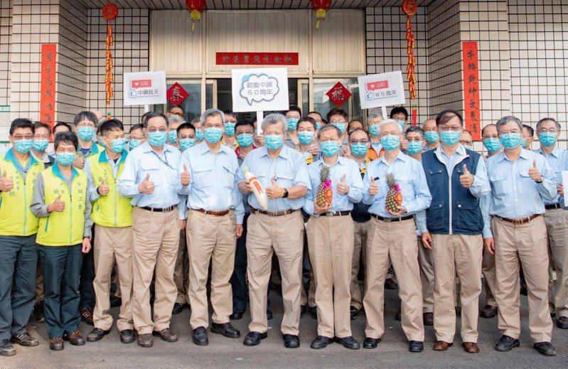中鋼董事長翁朝棟(前中)與經營團隊,到工廠現場各辦公室、工會辦公室及總部大樓各子公司向員工們拜年。圖/中鋼提供