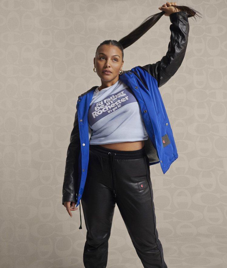 名模Paloma Elsesser繹COACH與Champion聯名系列服飾。圖...