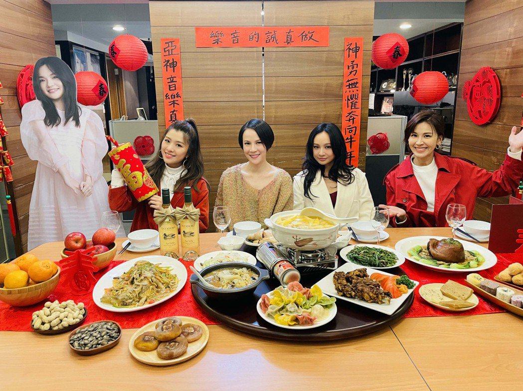 曾沛慈(右起)、詹雯婷、楊乃文、關詩敏和人形立牌代打的「徐佳瑩」提前圍爐。圖/亞