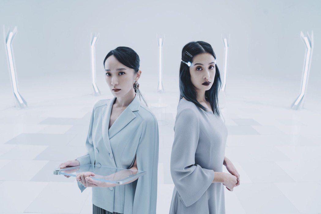 林子熙(左)與莫允雯在「2049」取景寬廣潔白諮商室,直呼:「是個冰冷的世界!」...
