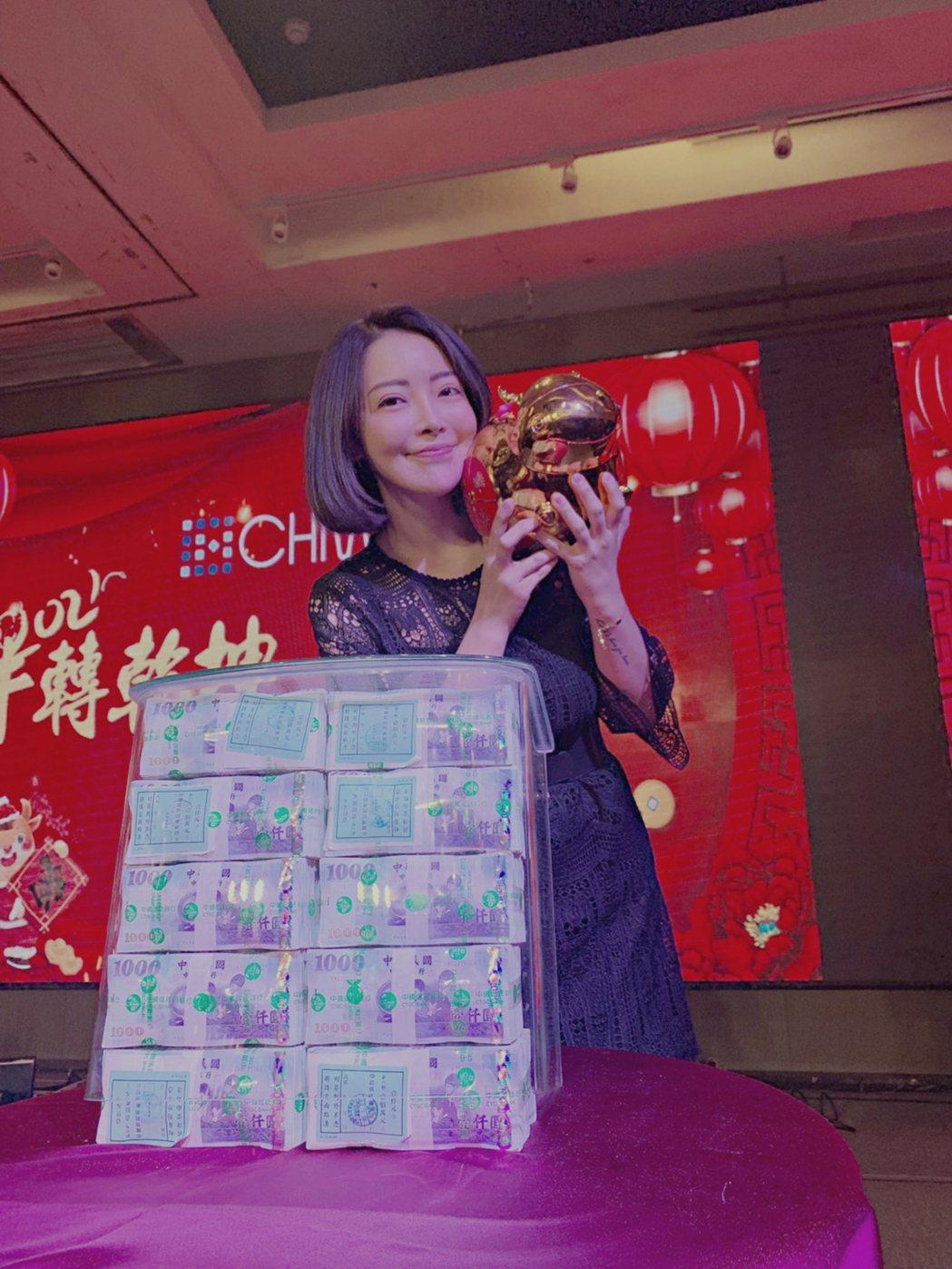 趙心妍在尾牙上和加碼獎金合照。圖/云集匯提供