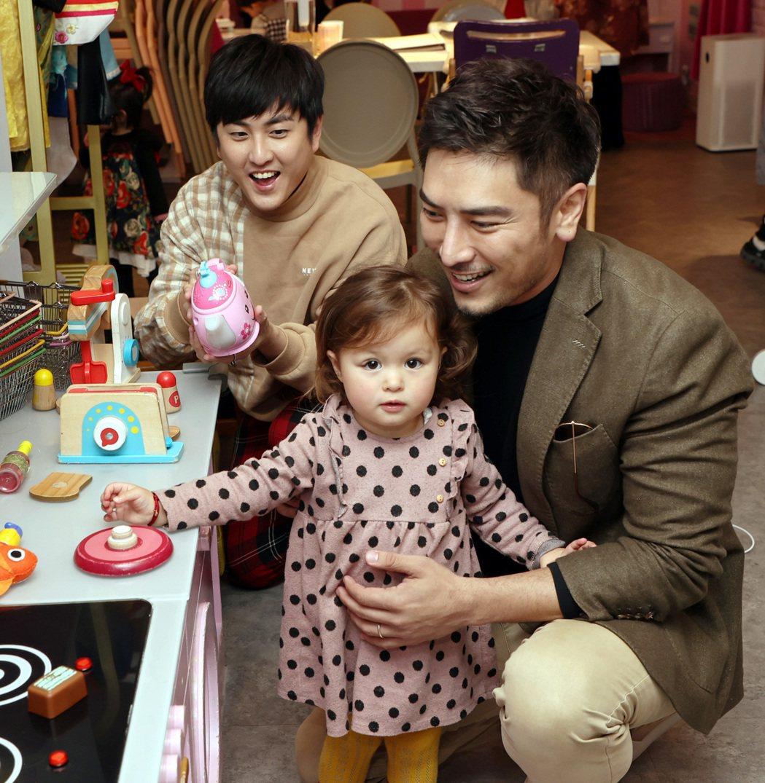 黃靖倫(左)與羅平兩位奶爸到親子餐廳聚會。記者侯永全/攝影