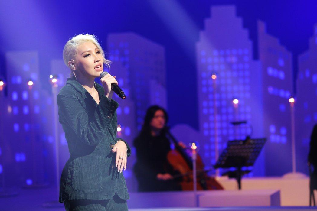 Karencici演唱R&B版本的「風中的早晨」。圖/公視提供