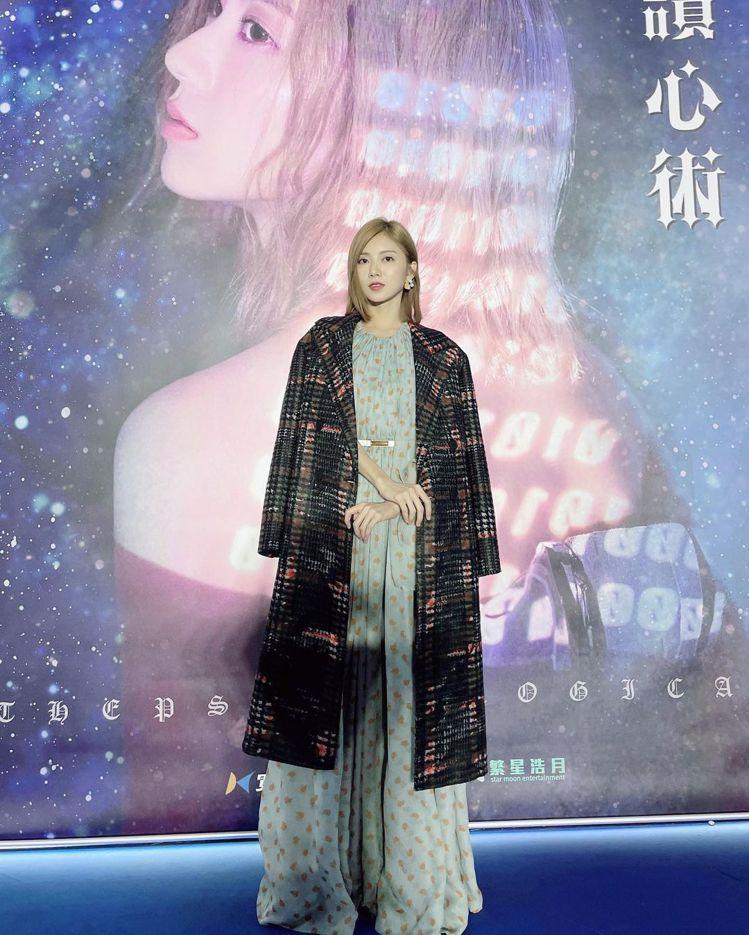 「豆花妹」蔡黃汝披著AllSaints的Lottie格紋長版大衣。圖/摘自ins...